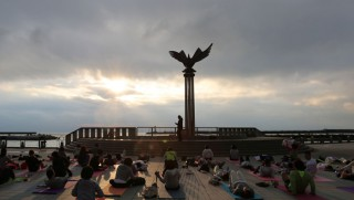 14.10.9皆既月食 MOONLIGHT & SUNRISE YOGA 2014 in ATAMI①